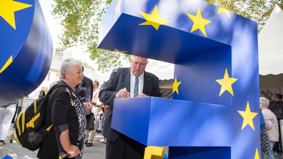 Foto: Minister Laumann besucht den ESF-Stand