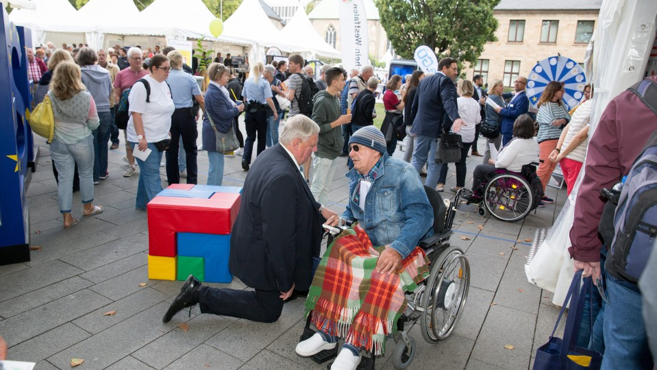 Foto: Minister Laumann im Gespräch mit einem Besucher