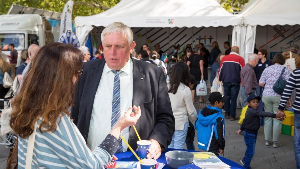 Foto: Minister Laumann im Gespräch mit einer Besucherin