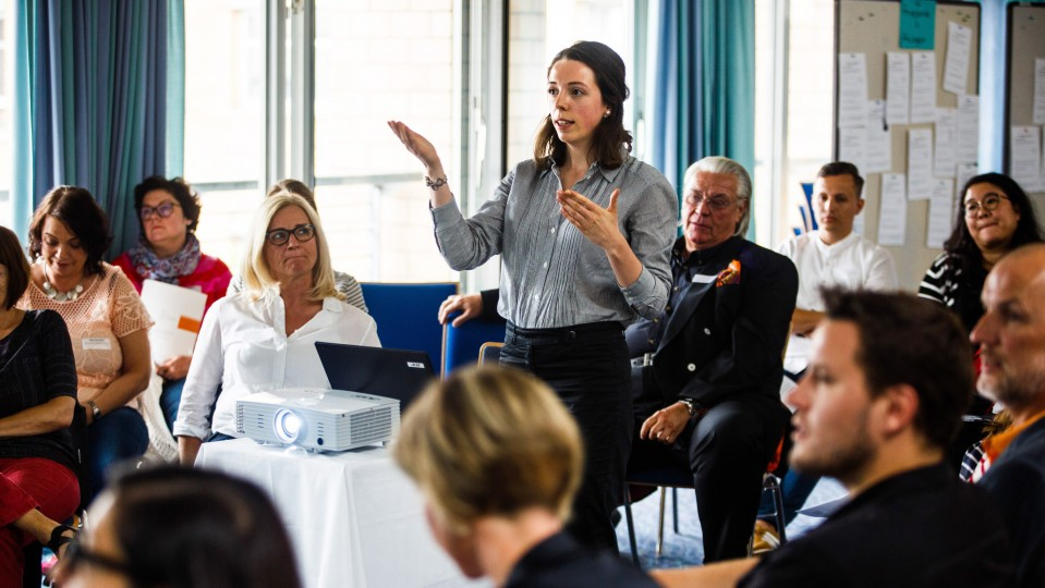 Foto: Anna Rings, wissenschaftliche Mitarbeiterin und Doktorandin an der BUGH Wuppertal, hält die Rede