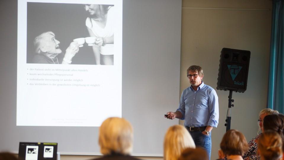 Foto: Udo Janning stellt ein Pflege-Modell vor