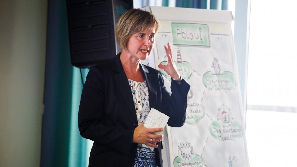 Foto: Claudia Schleicher moderierte die Veranstaltung in Remscheid