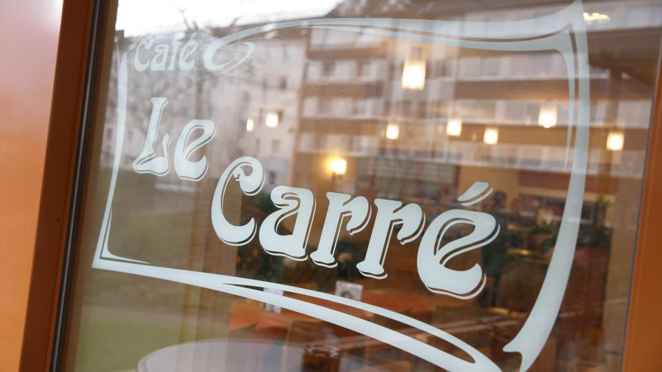 Foto mit Fensteraufschrift Cafe Le Carré