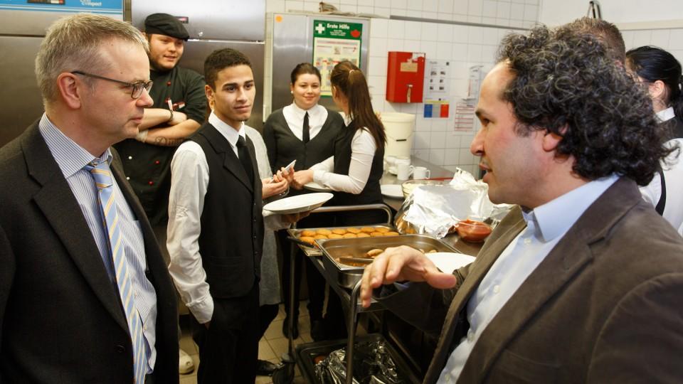 Foto: Zwei Männer unterhalten sich in der Küche