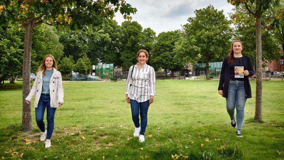 3 junge Frauen im Park