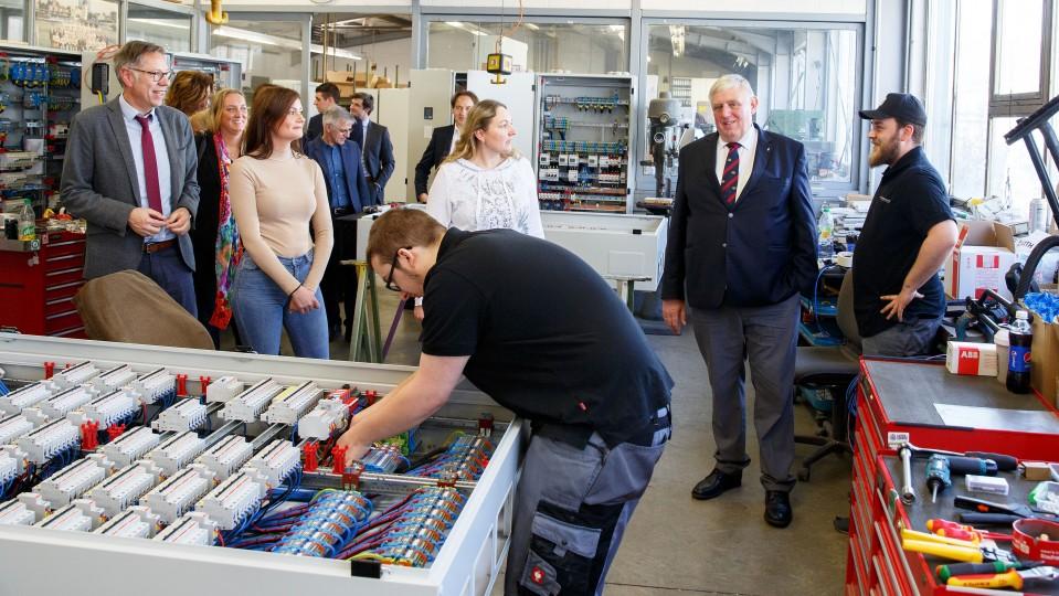 Beim Besuch des Metallbauunternehmens informierte sich Arbeitsminister Karl-Josef Laumann über die Ausbildung in Teilzeit.