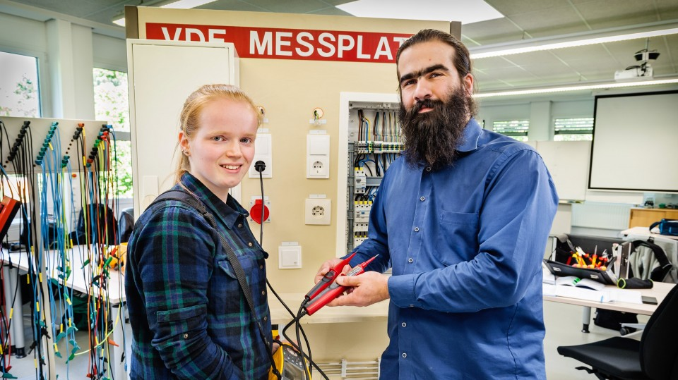 Foto: Azubi und Elektrotechnikmeister