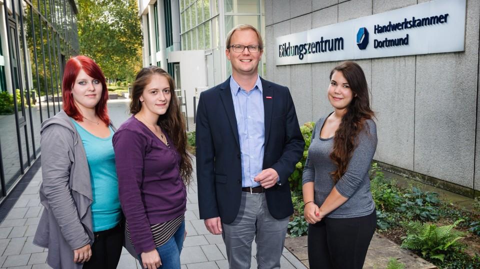 Foto: Ein Mann und drei junge Frauen