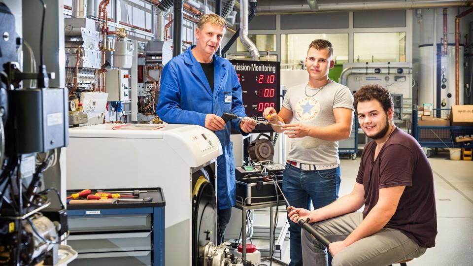 Foto: Sanitär- und Heizungstechnik: Zwei junge Männer und ein Kursleiter