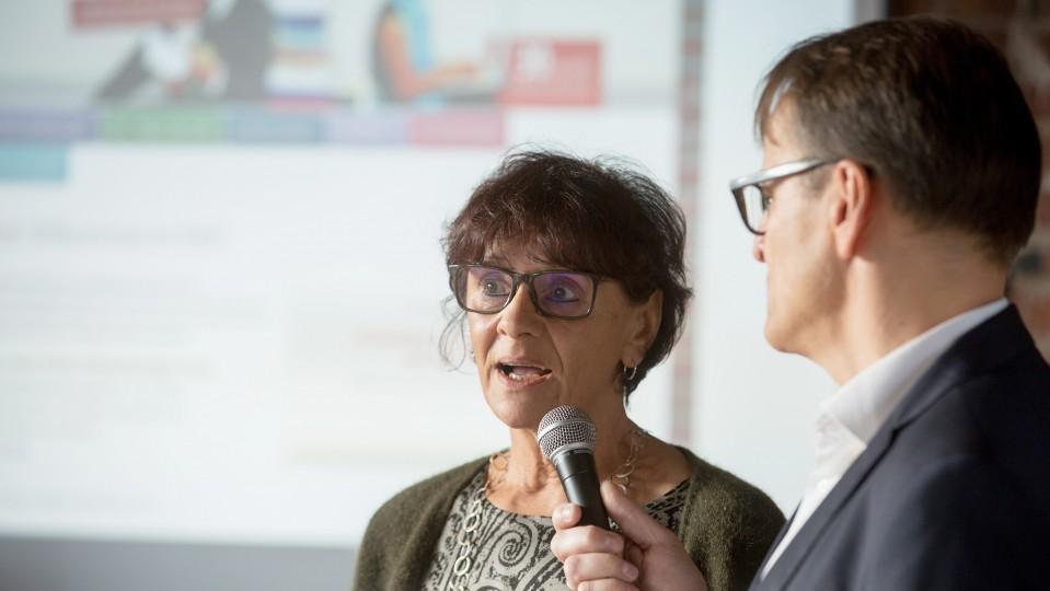 Frau spricht in Mikrofon