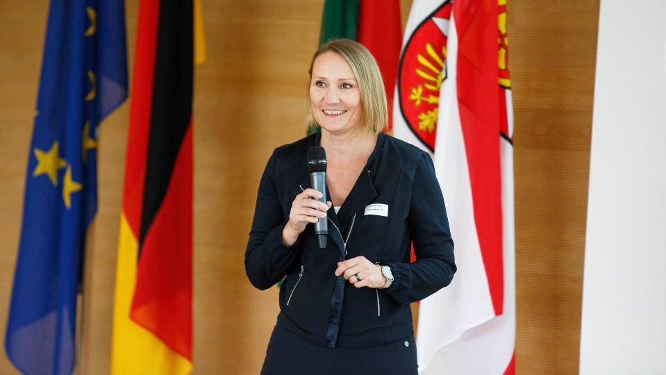 Moderatorin der Veranstaltung in Gütersloh