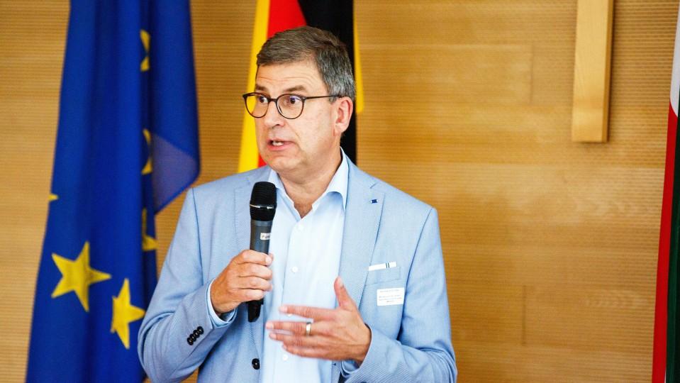Ein Mann hält ein Mikrofon in der Hand