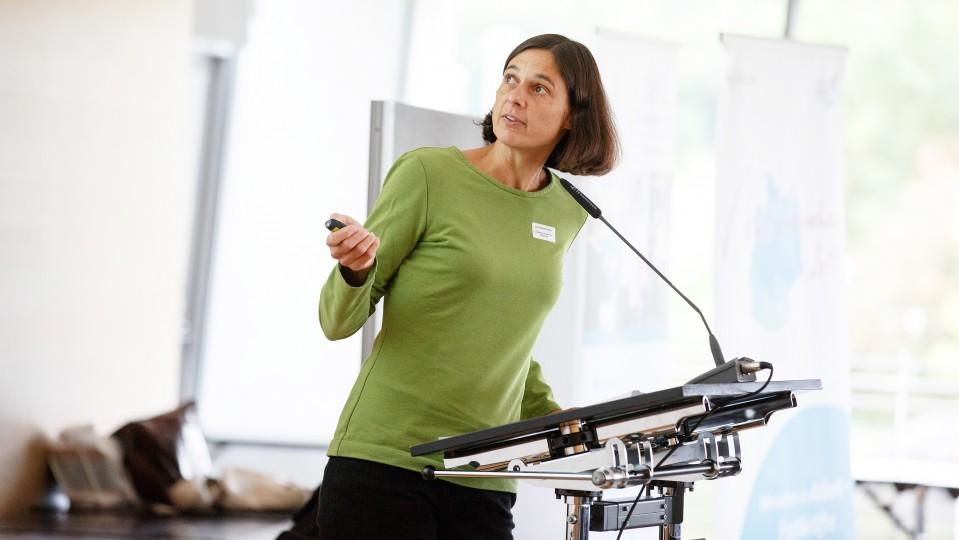 Eine Frau referiert über Chancen und Herausforderungen für Unternehmen im Kontext des digitalen Wandels