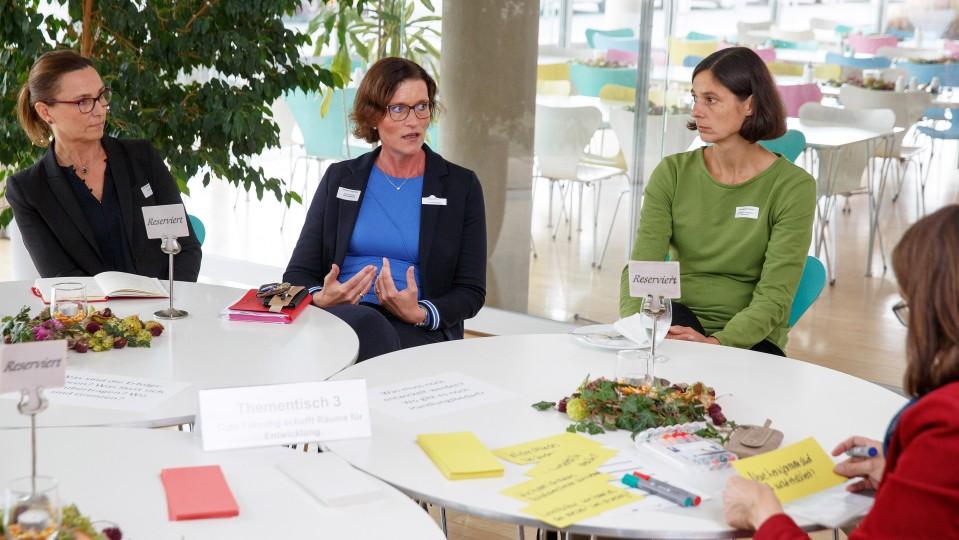Gespräch zwischen drei Frauen am Thementisch