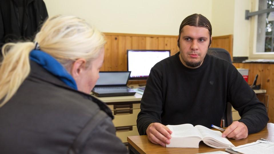 Foto: Julian Strzalla im Gespräch mit einer arbeitslosen Frau