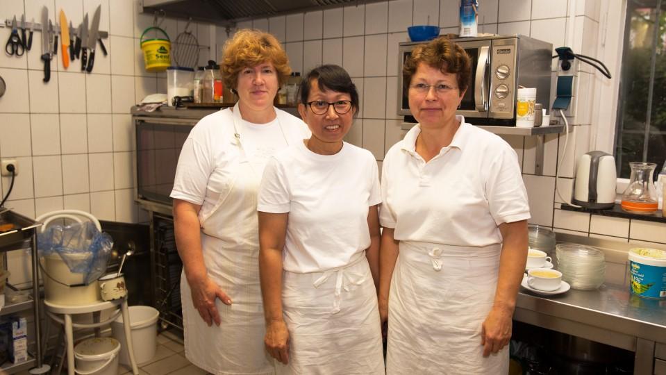 Foto: Drei Frauen stehen in der Küche