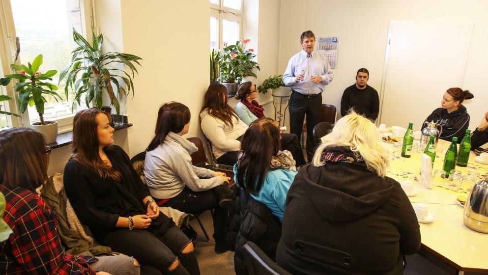 Foto: Frauen und Männer bei einer Gruppenberatung im Arbeitslosenzentrum