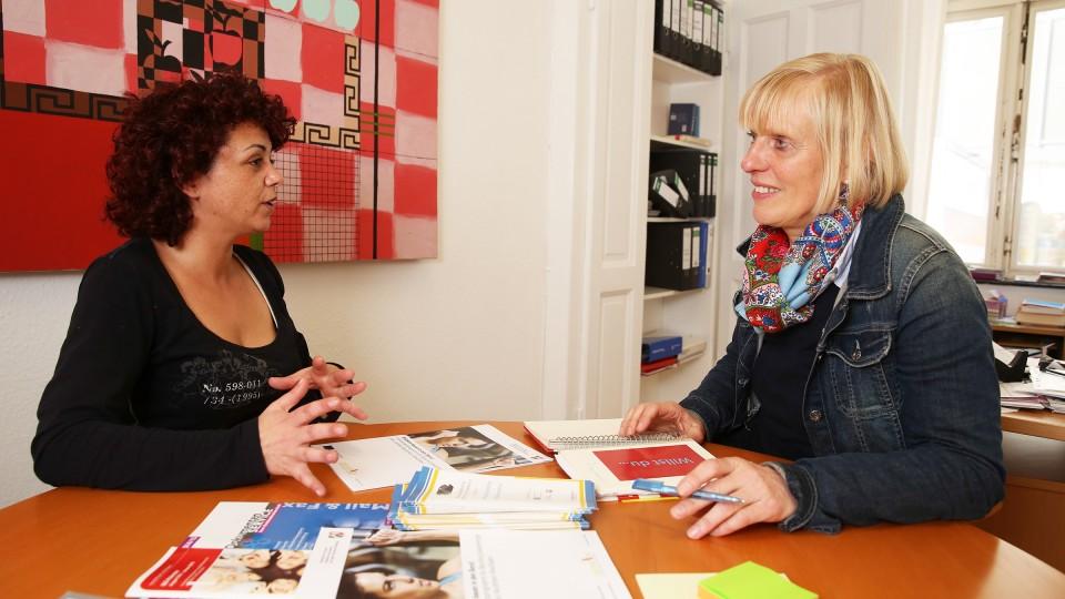 Foto: Zwei Frauen unterhalten sich