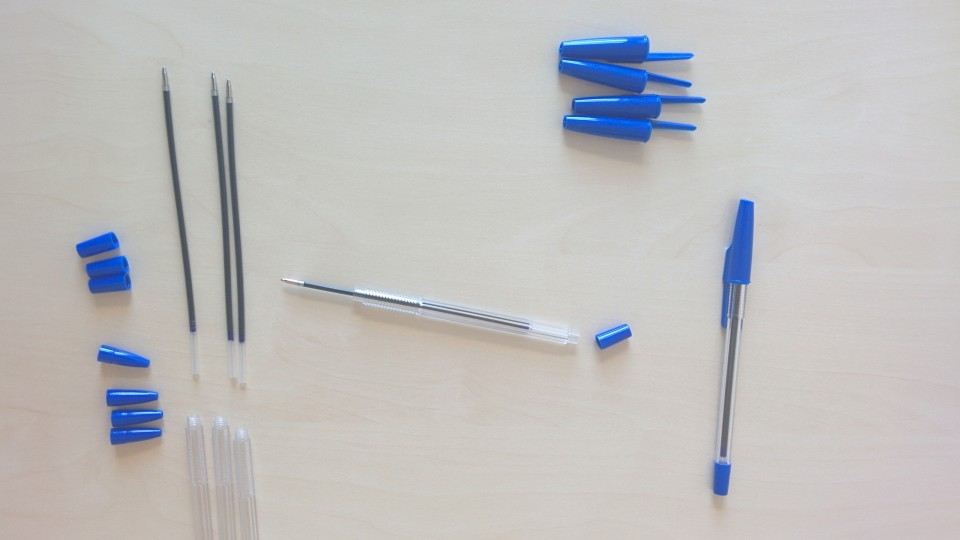 Foto zeigt Einzelteile für den Zusammenbau von Kugelschreibern