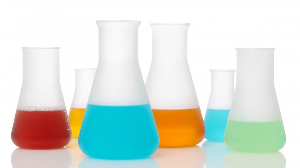 Foto zeigt Glasgefässe mit verschiedenfarbigen Flüssigkeiten