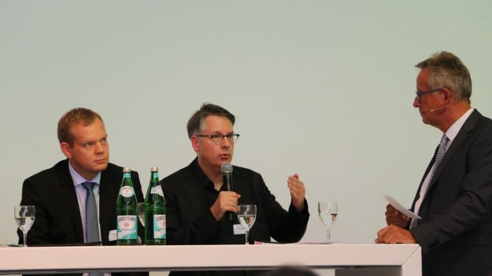 Johannes Pöttering von unternehmer nrw, Achim Vanselow vom DGB NRW und Moderator Helmut Rehmsen im Gespräch
