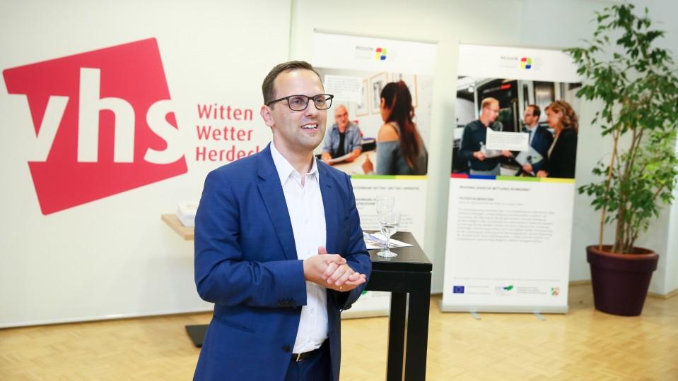Foto: Keven Forbrig, Leiter der Regionalagentur Mittleres Ruhrgebiet, hält eine Rede