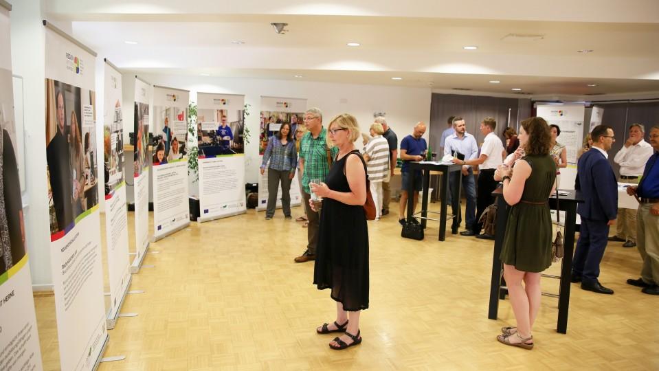 Foto: Besucherinnen und Besucher der Ausstellung