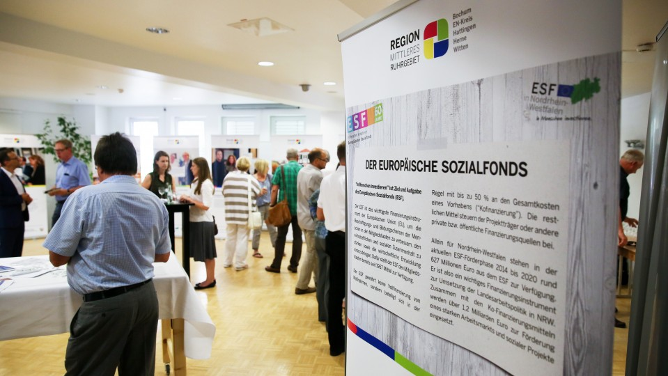 Foto: Besucherinnen und Besucher de5 Ausstellung