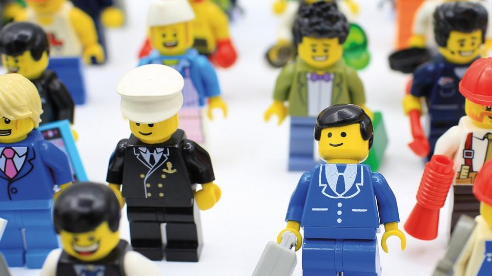 Mehrere Spielfiguren in ihren Dienstkleidungen / Deckblatt der Broschüre Vergütungen für Auszubildende