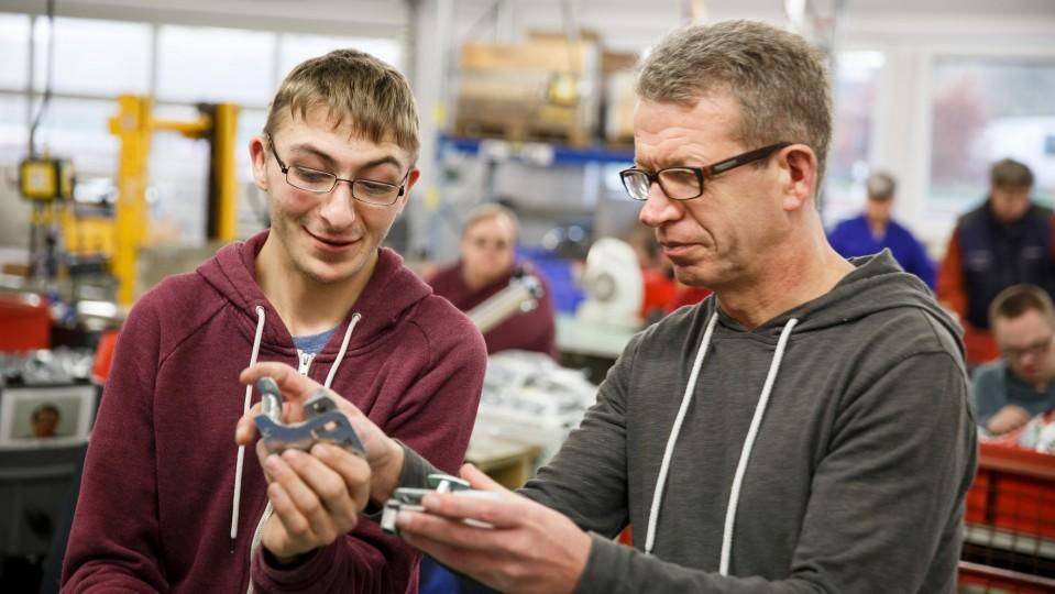 Foto: Zwei Männer in der Werkstatt
