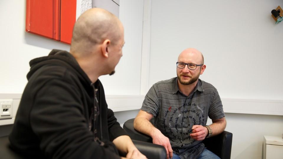 Foto: Zwei Männer im Gespräch