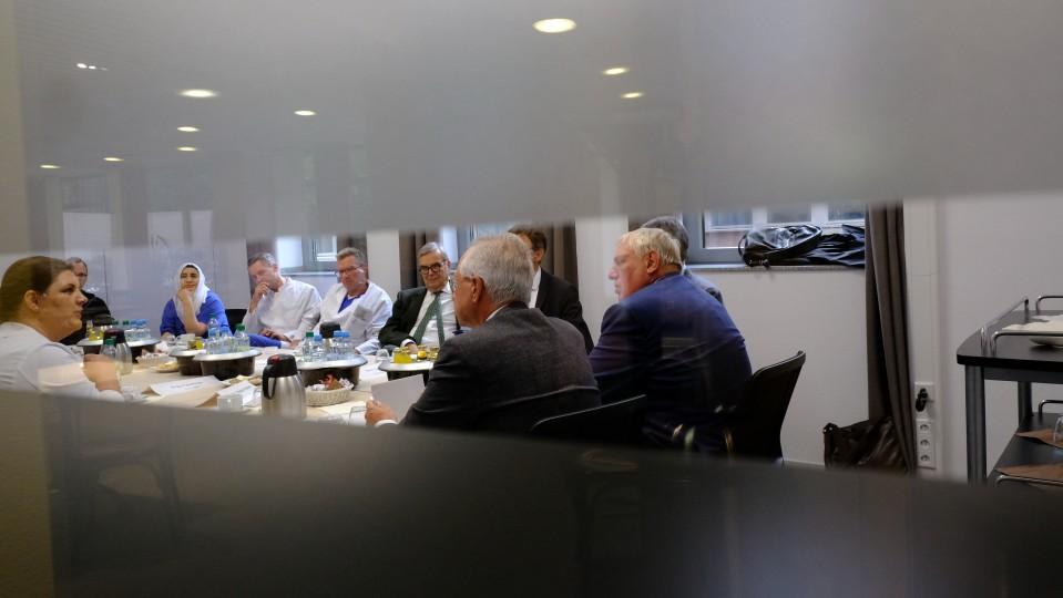 Minister Laumann beim Besuch des Marienhospitals in Düsseldorf im Gespräch mit Vertretern des Krankenhauses.