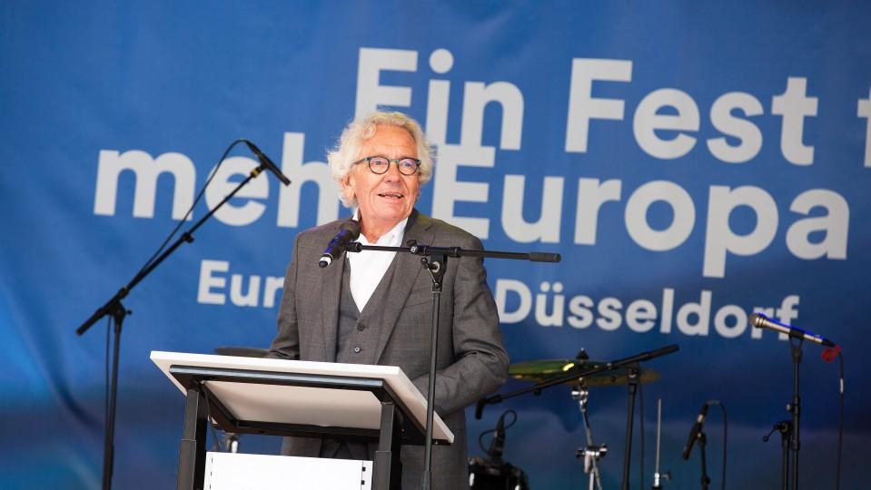 NRW-Europaminister steht am Rednerpult