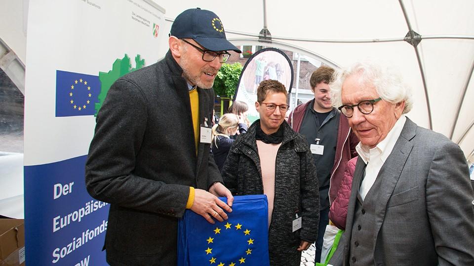 NRW-Europaminister besuchte auf seinem Rundgang den ESF-Informationsstand und informierte sich zum Förderangebot