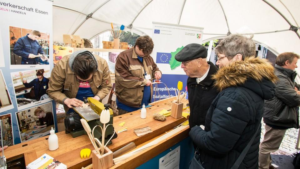 """Junge Teilnehmer aus dem ESF-geförderten Programm """"Werkstattjahr"""" zeigten ihr handwerkliches Geschick und stellten kleine Geschenke für die Besucherinnen und Besucher aus Holz her."""