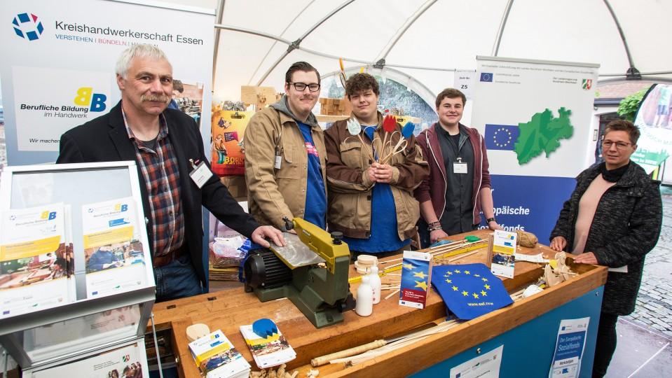 Für den Europatag in Düsseldorf haben die jugendlichen Teilnehmer Holztulpen vorbereitet