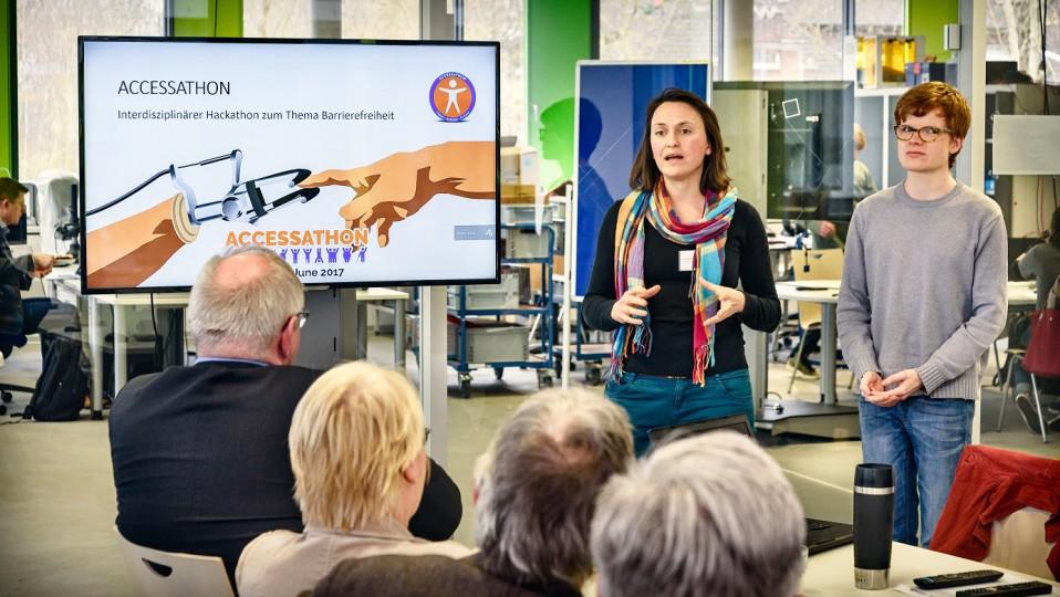 Eine Frau erzält über eine Initiative von Studierenden
