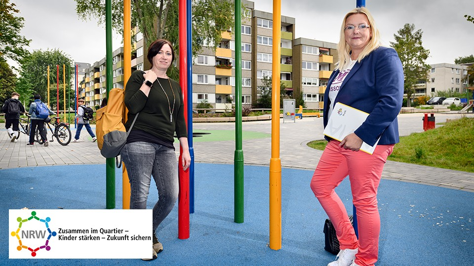 Zwei Quartierskümmerinnen auf blauem Spielfeld