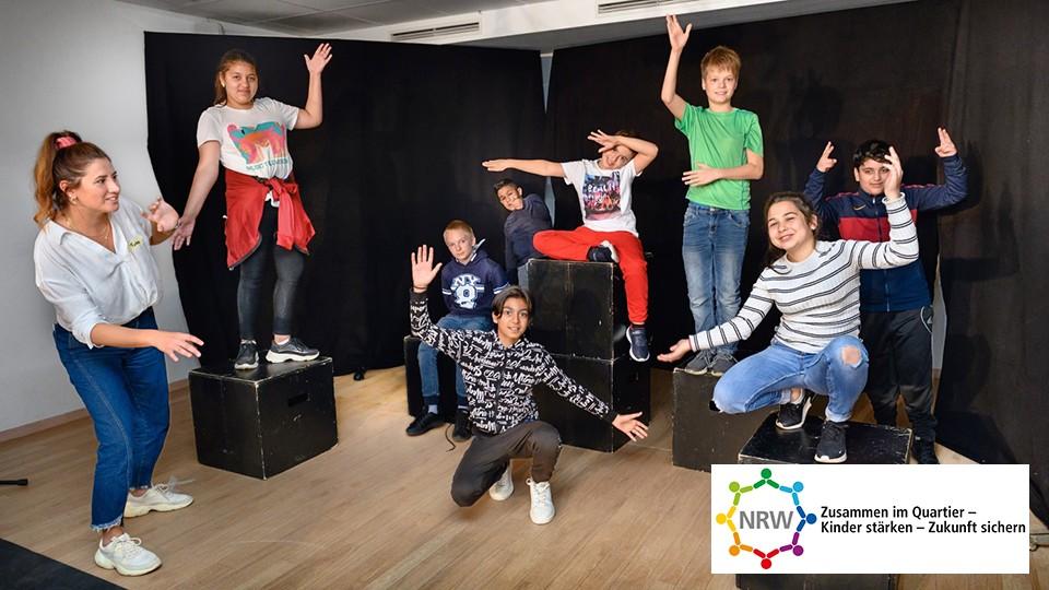 Theaterprobe - Schülerinnen und Schüler auf der Bühne