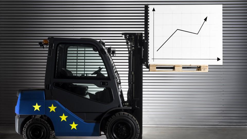 Gabelstapler mit EU-Sternen - Palette mit Grafik und Aufwärtspfeil