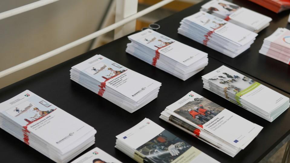 Foto: Tisch mit Informationsflyern zu ESF-Förderangeboten
