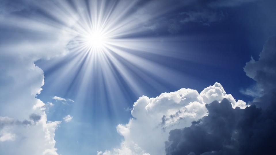 Sonne an einem blauen Himmel