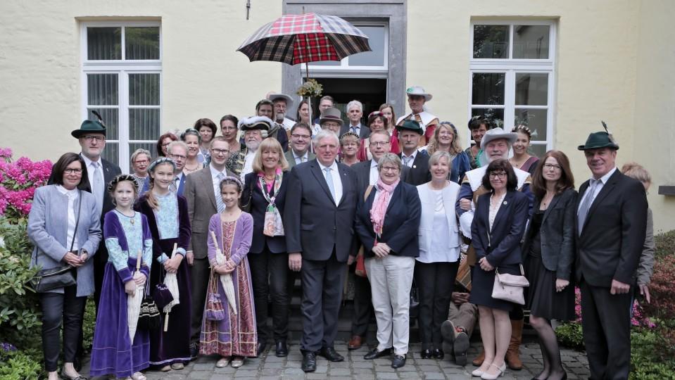 Minister Laumann mit historischen Gruppen des Linner Schützenvereins.