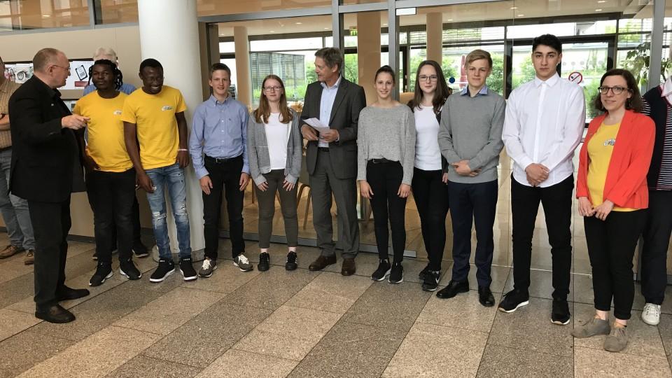 """Staatssekretär Dr. Heller mit Schülerinnen und Schülern beim """"Tag für Afrika"""" im MAGS"""