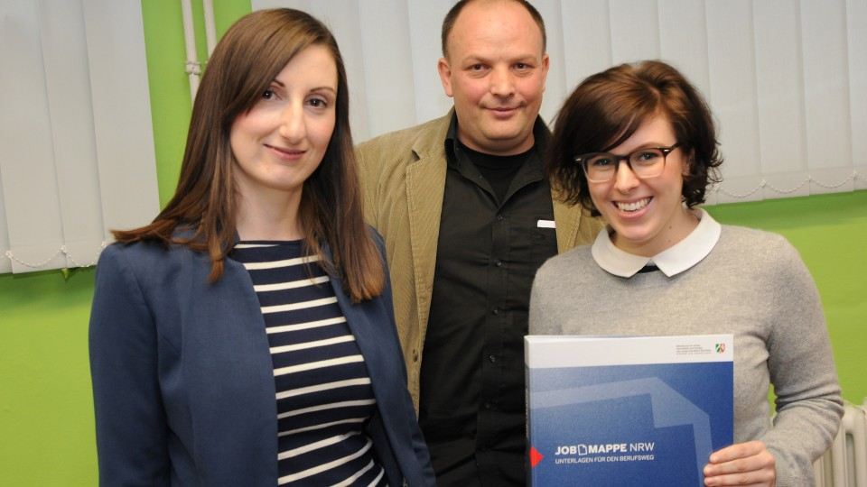 Lehrer und 2 Lehrerinnen am Spranger Berufskollge mit Jobmappe NRW
