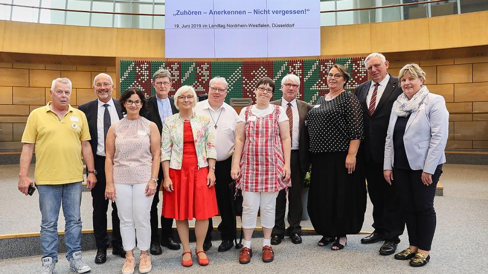 Von links nach rechts: Herr Werner, Herr Lüttig, Frau Finkemeier, Kardinal Woelki, Frau Gebhardt, Herr Frauendienst, Frau Frisch, Herr Oelkers, Frau Kettner-Schroer, Herr Laumann und Frau Middendorf