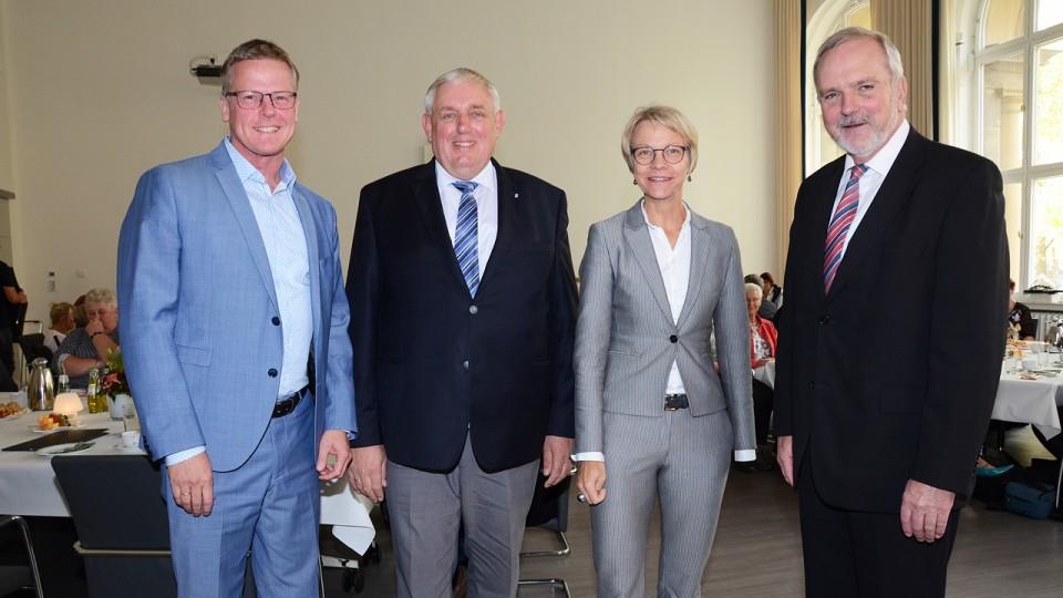 Foto: Bez.-Reg. Münster / Minister Laumann und Regierungspräsidentin Dorothee Feller mit den Bürgermeistern Dr. Peter Lüttmann  (Rheine) und Wilfried Roos (Saerbeck)