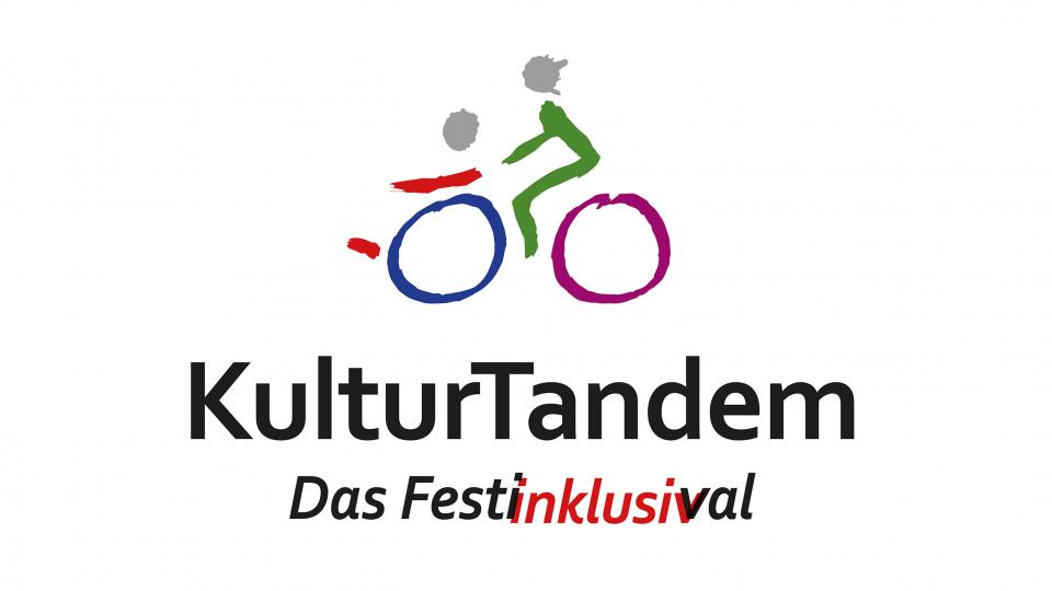 """Das Logo der Veranstaltungsreihe """"Kulturtandem"""". In Pinselstrichen werden zwei Personen dargestellt. Eine Person ist im Rollstuhl die zweite Person auf einem Fahrrad."""