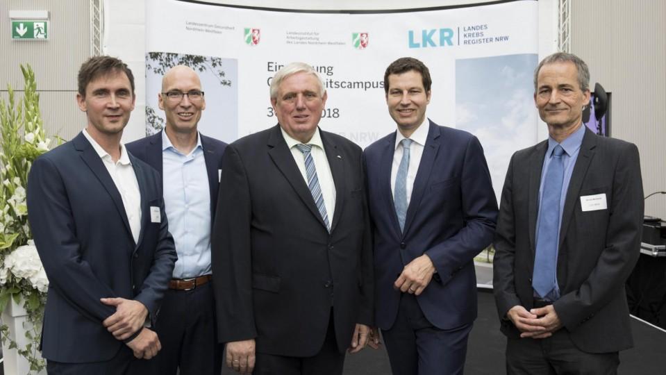 Das Foto zeigt (von links nach rechts): Dr. Kai Seiler (Präsident des LIA.nrw), Dr. Andres Schützendübel (Geschäftsführer des LKR NRW), Minister Karl-Josef Laumann, Thomas Eiskirch (Oberbürgermeister der Stadt Bochum) und Arndt Winterer (Direktor des LZG.NRW).