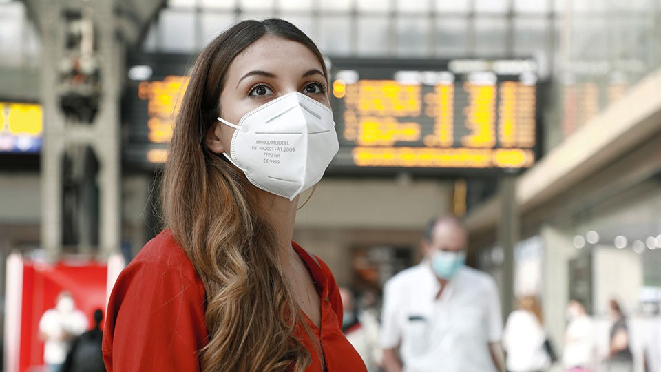 Eine Frau trägt eine Atemschutzmaske